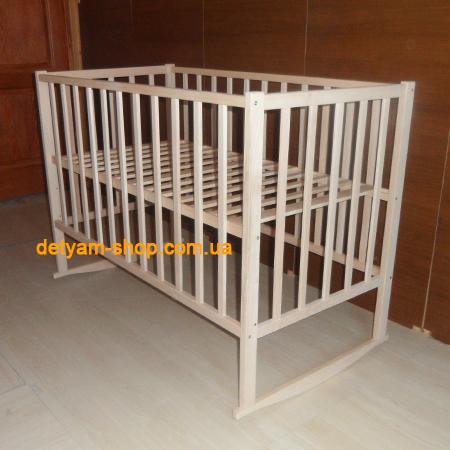 Малютка детская нелакированная кроватка из бука с качалкой и колесиками